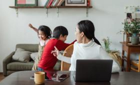 Mães em home office podem driblar ansiedade com organização da rotina